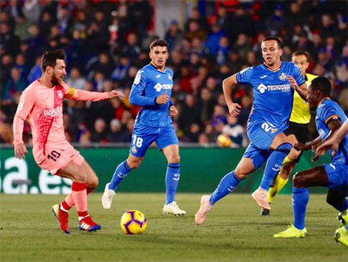 17eb182db Los de Ernesto Valverde retoman la competición doméstica con una feliz  jornada de Reyes. Los regalos para el Barça fueron el empate entre Atlético  de Madrid ...