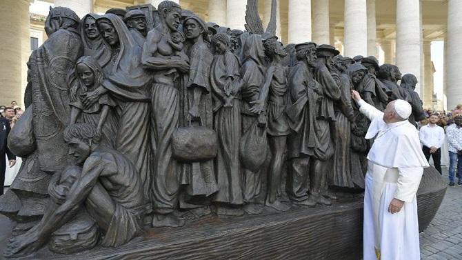 Papa y escultura emigrantes